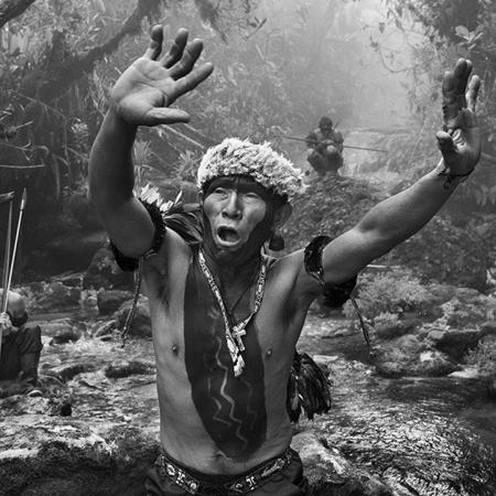 © Sebastião Salgado/Contrasto Sciamano Yanomami dialoga con gli spiriti prima della salita al monte Pico da Neblina. Stato di Amazonas, Brasile, 2014.